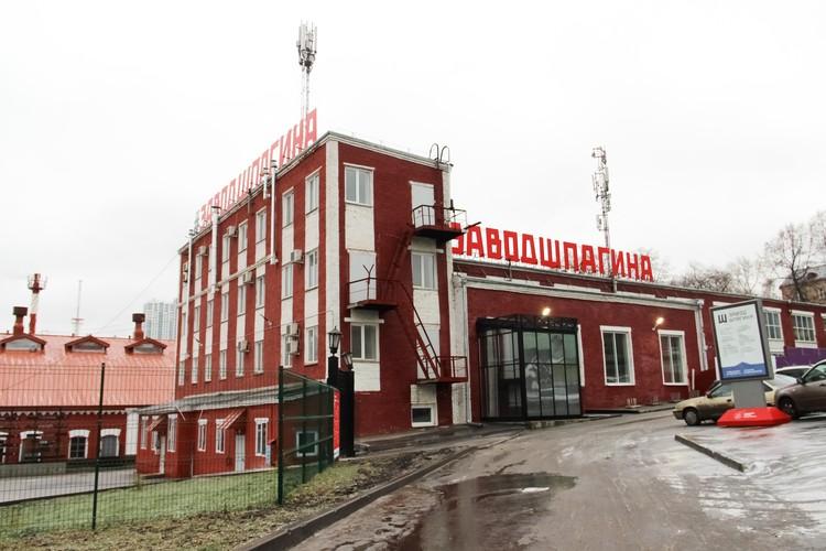 Завод Шпагина обещают сделать популярной площадкой, но стоянку перед ним закрыли.