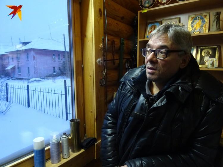 Звонарь Владимир Николаевич с грустью рассказывает, как на его глазах вымирает поселок Северный