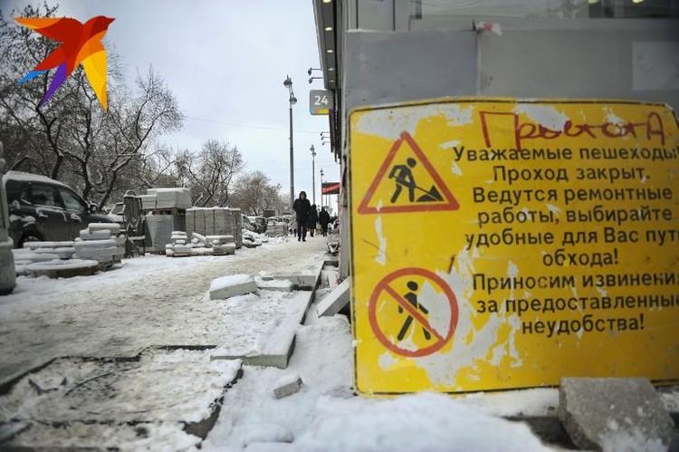 Тем временем укладка плитки на проспекте Ленина продолжается.