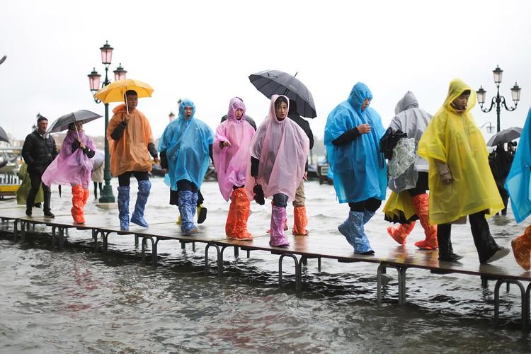 Группа китайских туристов в Венеции.