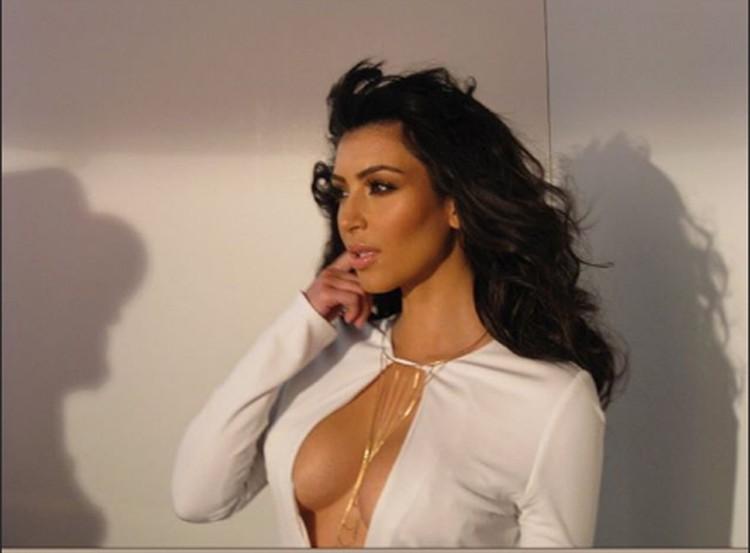 Ким не скрывает, что клейкая лента – главный секрет ее сексуального декольте. Фото: Инстаграм.