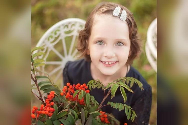 Семилетняя Яна - девочка открытая и улыбчивая, вопреки всем сложностям. Фото: ksiutretiak.