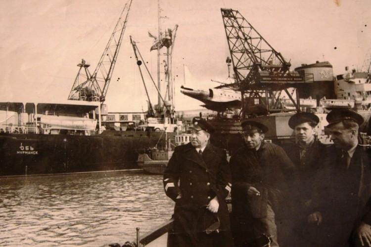 Погрузка замолетов в арктическую экспедицию (1957 год). Слева - Петр Бубнов.