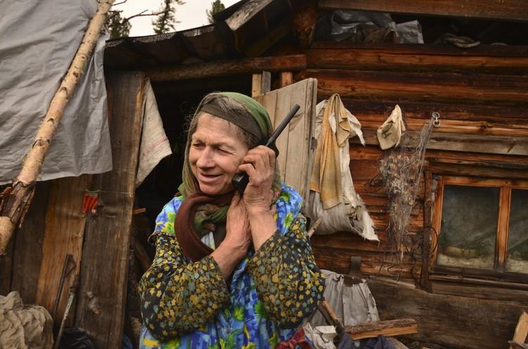 Агафья Карповна решила, что пользоваться мобильником вера ей не запрещает.