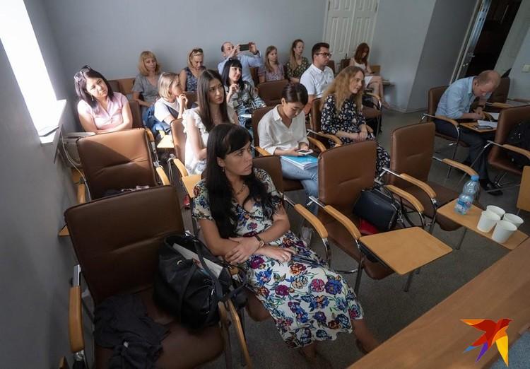 Занятия в Школе отличались многообразием. Например, в конце учебного курса участники провели импровизированное судебное заседание