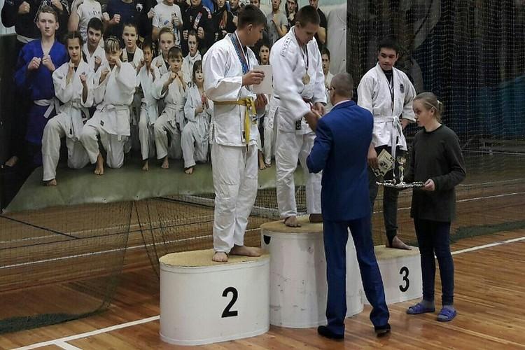 Один из пострадавших во время бойни в колледжа Касьян К. (в центре) на соревнованиях по джиу-джитсу показывал высокие результаты.