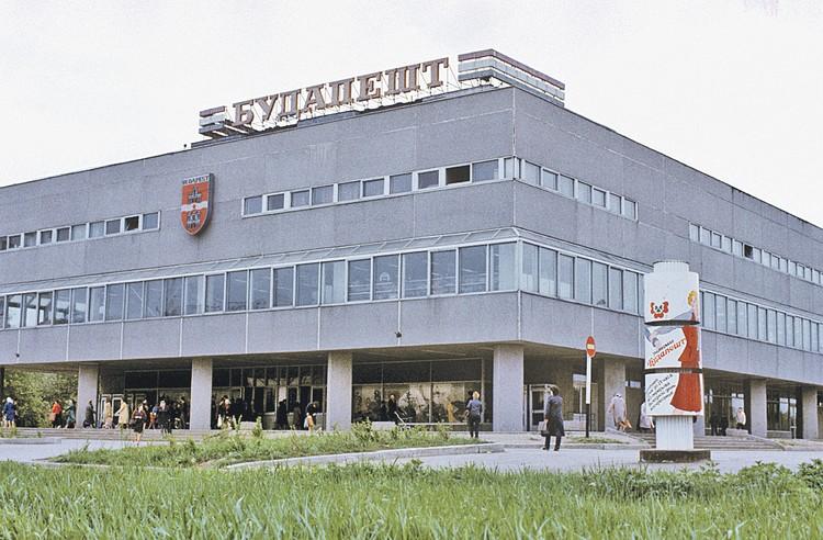 Нижнюю галерею венгерского универмага сейчас застроили - расширили торговую площадь как могли. Фото: В. НЕМИРОВСКИЙ/РИА Новости
