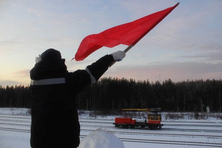 Поезда не устают приветствовать людей, которые в мороз дежурят на постах