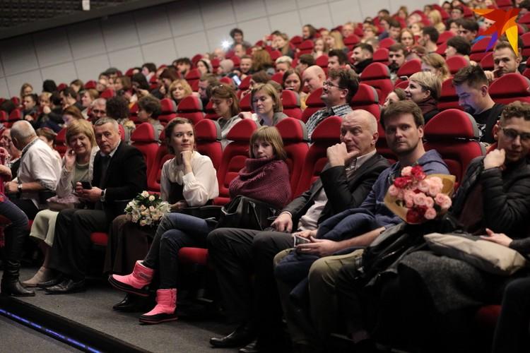 На премьере фильма внимание к Насте было повышенным: фотографы, операторы... «Я не позировала, просто смотрела», - скажет через пару дней Настя.