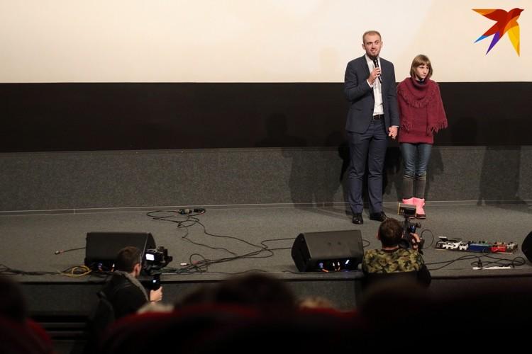На сцену в день белорусской премьеры Алексей зовет «юную актрысу, якая нядаўна адзначыла дзень народзінаў». В ноябре Насте исполнилось 12.