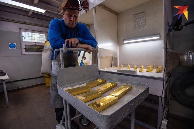На заводе плавят золото чистоты неимоверной 999-ой пробы. Даже «с хвостиком».