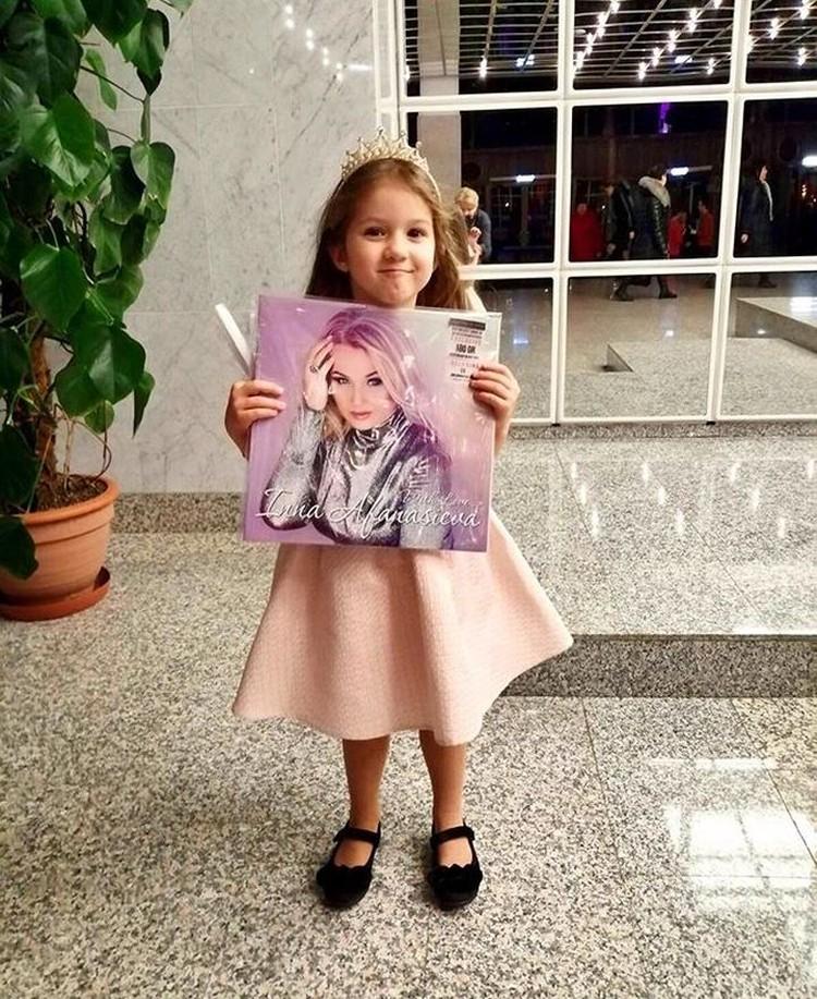Внучка Варя радуется, что у бабушки вышла первая для белорусской эстрады виниловая пластинка с лучшими песнями. Фото: личный архив.