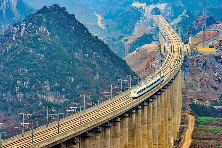 Даньян-Куньшаньский виадук – самый длинный мост в мире. Занесен в Книгу рекордов Гиннесса. Возведен как часть Пекин-Шанхайской высокоскоростной железной дороги. Длина – 164,8 км. Построен за неполных три года. Сдан в эксплуатацию в 2010 году