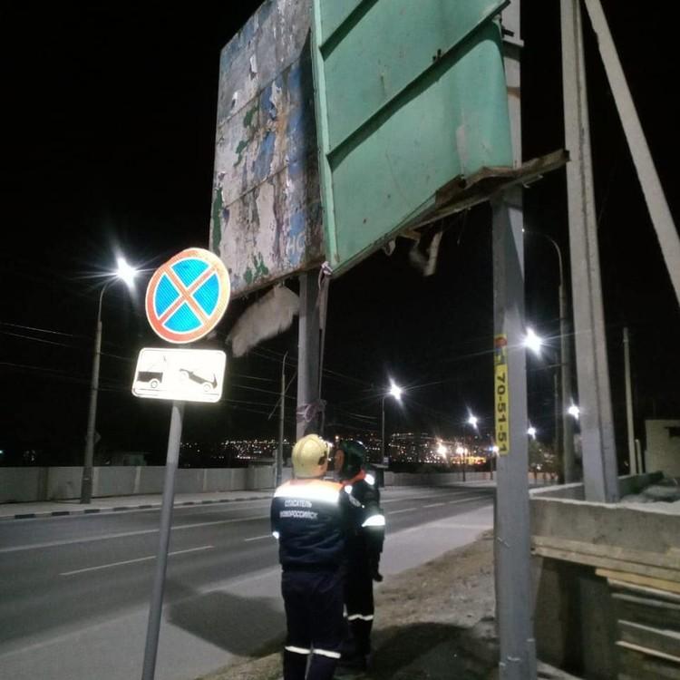 Ветер в Новороссийске согнул рекламный щит Фото: Алексей Одеров
