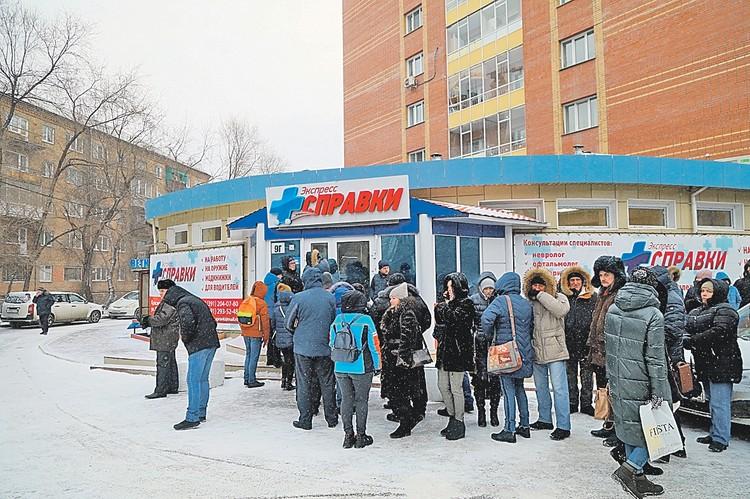 Таких очередей во многих российских городах не видели давно. Разве что в первый день продаж новых айфонов, а то и со времен позднесоветского дефицита.