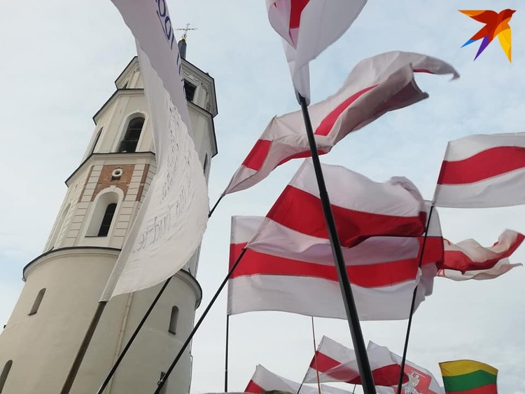 Белорусы, которые приехали на перезахоронение Калиновского: «Взяла носки, бел- чырвона-белы и уехала ночью в Вильнюс»