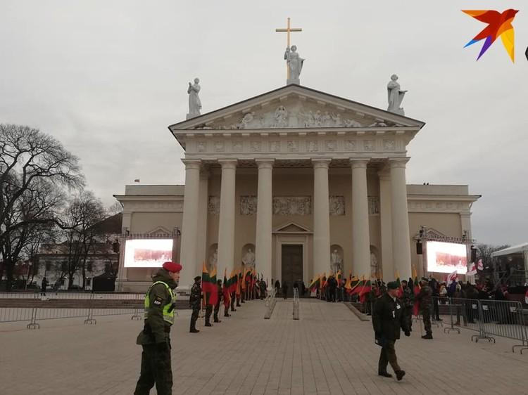 На площади в Вильнюсе, где проходит перезахоронение повстанцев, сотни белорусов.
