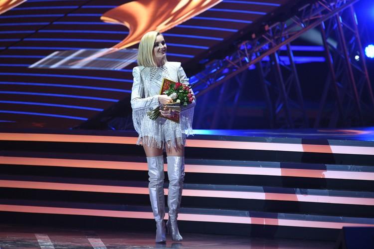 Полина Гагарина в образе на сцене.