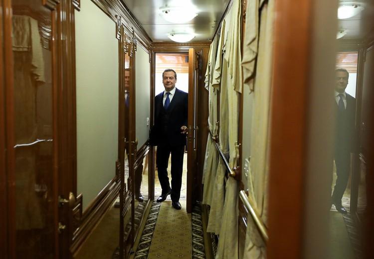 На этом снимке (он сделан 12 ноября этого года) премьер-министр едет на поезде из Новосибирска в Барнаул. Фото: Екатерина ШТУКИНА/POOL/ТАСС