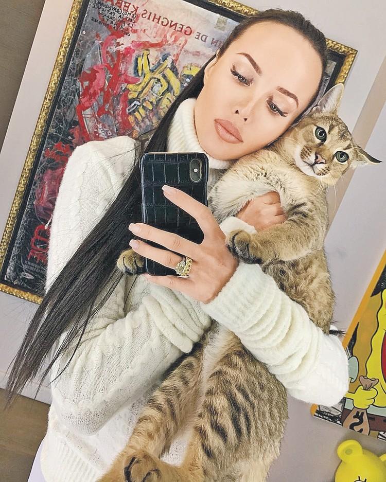 Анастасия Решетова носит на пальцах около 12 миллионов рублей. Фото: instagram.com/volkonskaya.reshetova