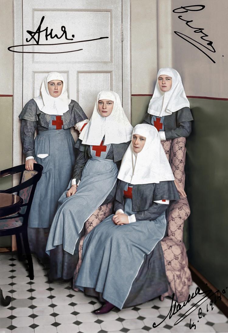 Императрица Александра Федоровна (сидит справа, кто-то из дочерей подписал ее «мама»), великие княжны Ольга (стоит - подписана), Татьяна и фрейлина Анна Вырубова (крайняя слева - подписана «Аня») в форме сестер милосердия (1914 год).