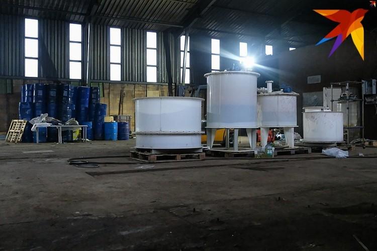 Часть оборудования, сырья и готовой продукции уже вывезено. Но что-то до сих пор остается внутри.