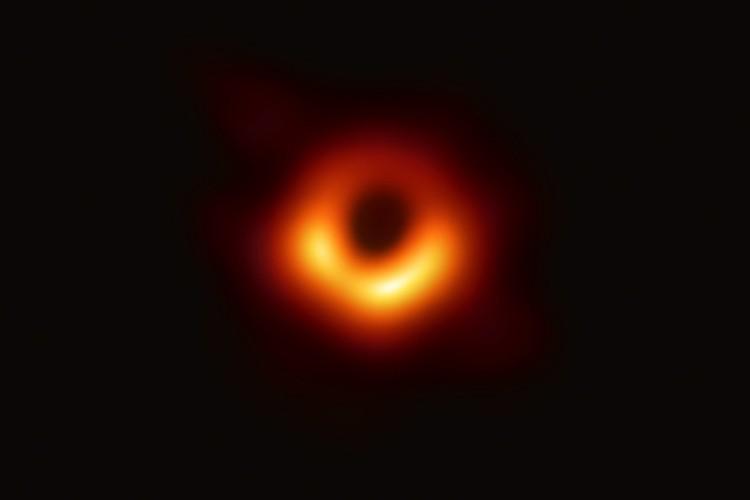 Так выглядит реальная черная дыра на снимке, сделанном с помощью нескольких мощных телескопов. в