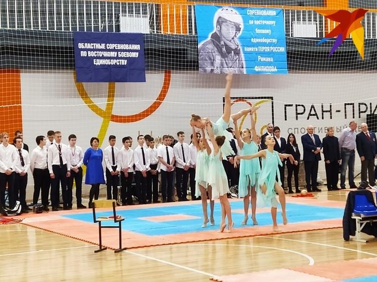 Торжественное открытие украсили воспитанницы воронежской школы художественной гимнастики.