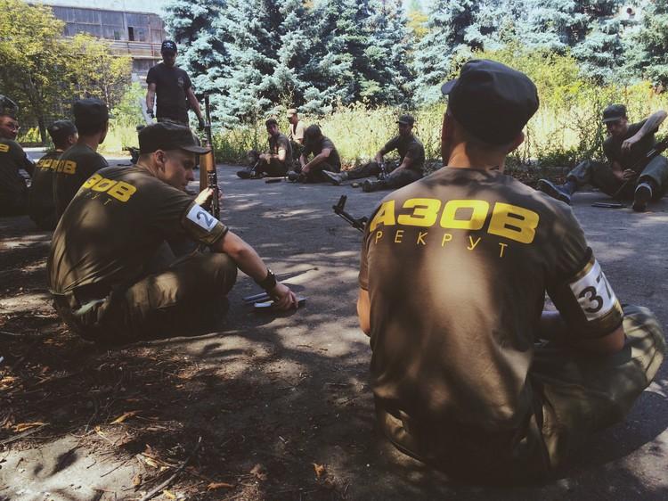 Инструктаж с новобранцами батальона «Азов». Серьезную тактическую подготовку рекрутам здесь не преподавали.