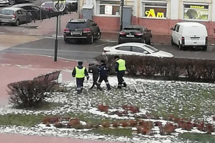 Сотрудники ГИБДД ему немного помогли/ФОТО: источник КП