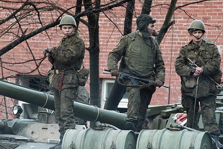 16 января 1991 г. Советские солдаты у здания литовского телецентра в Вильнюсе