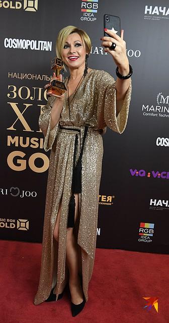 Анжелика Агурбаш удивила непривычно короткой стрижкой и золотым платьем с разрезами почти до пояса Фото: Михаил ФРОЛОВ