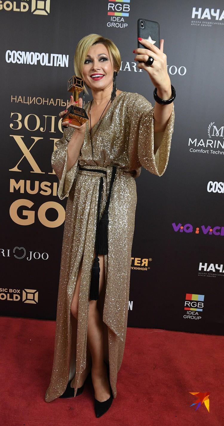Анжелика Агурбаш удивила непривычно короткой стрижкой и золотым платьем с разрезами почти до пояса