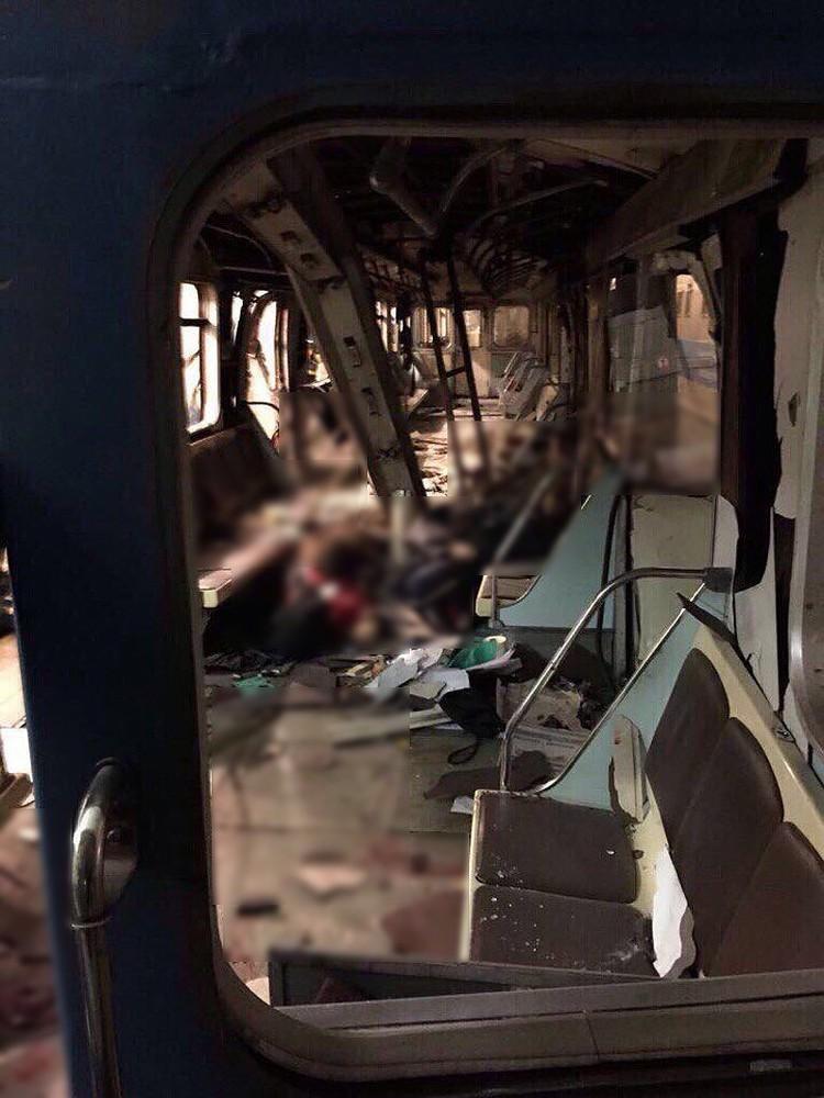 Фото разорвавшегося вагона метро.