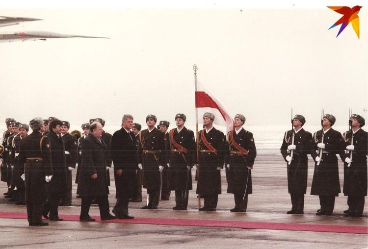 Шушкевич встретил Клинтона у самого самолета – на красной дорожке и с почетным караулом. Фото: личный архив.