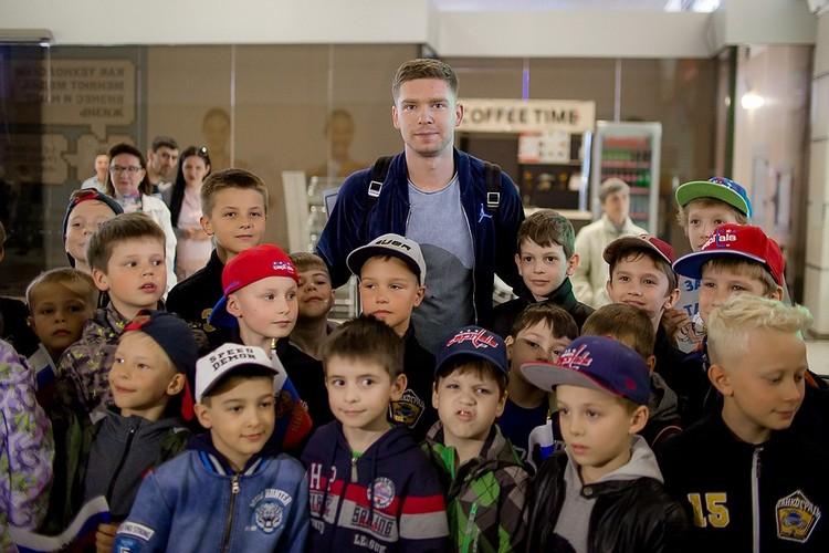 Евгений Кузнецов поддерживает и детишек и спортшколы.