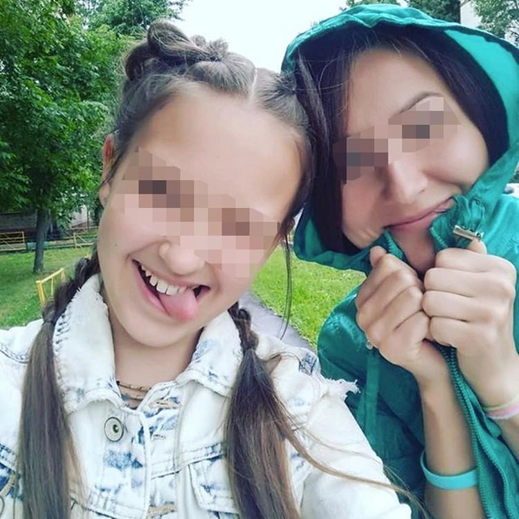 Мила Хейфицева (на снимке - слева) фотографируется с мамой и что-то не выглядит потерпевшей.