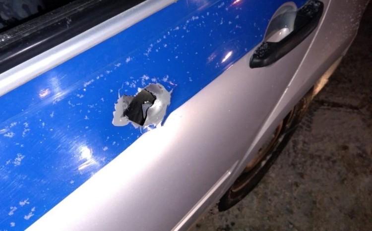 """Пуля пробила служебный автомобиль. Фото из группы """"Гайва Live"""""""