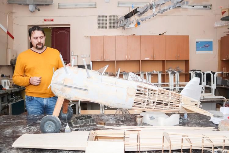 """Директор """"Муравейника"""" Дмитрий Кольмай показывает модель будущего самолета."""
