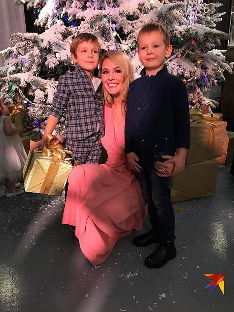 Пятилетний Ваня и четырехлетний Максим с мамой Фото: Алена МАРТЫНОВА