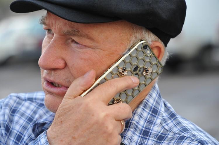 В память о пасеках, оставшихся в Подмосковье, у Лужкова был телефон с золотыми пчелами.