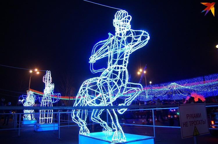 Площадь украсили иллюминационными композициями