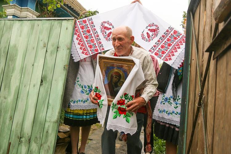 Нести икону поручают уважаемому в деревне мужчине. Фото: ok.ru/pogostkray