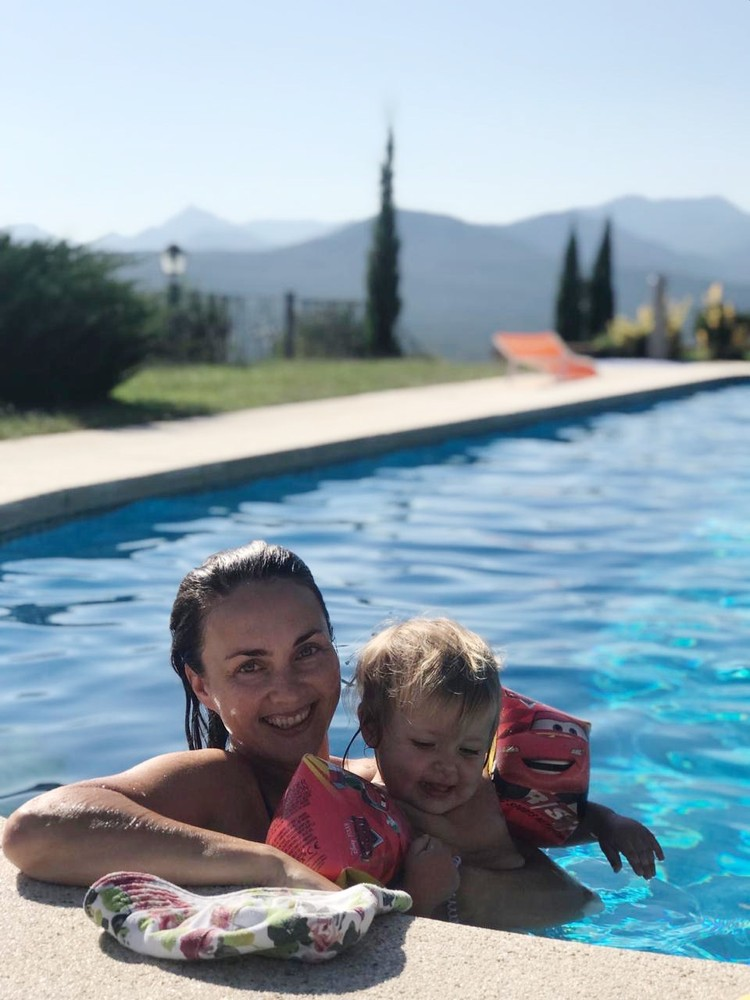 Если есть бассейн, то найдутся и желающие в нем поплавать. Фото: семейный архив
