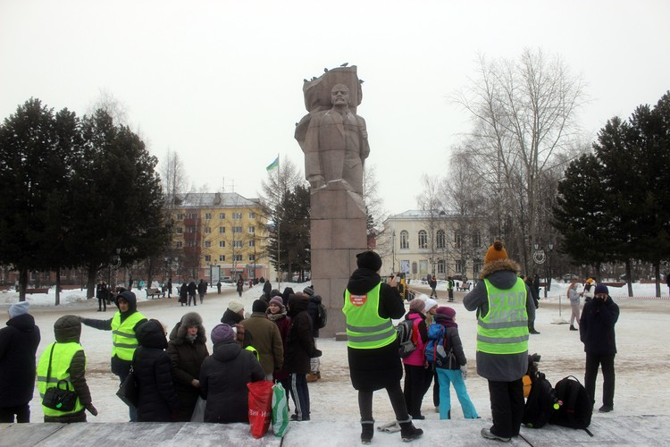 На площади собралось не менее 100 человек