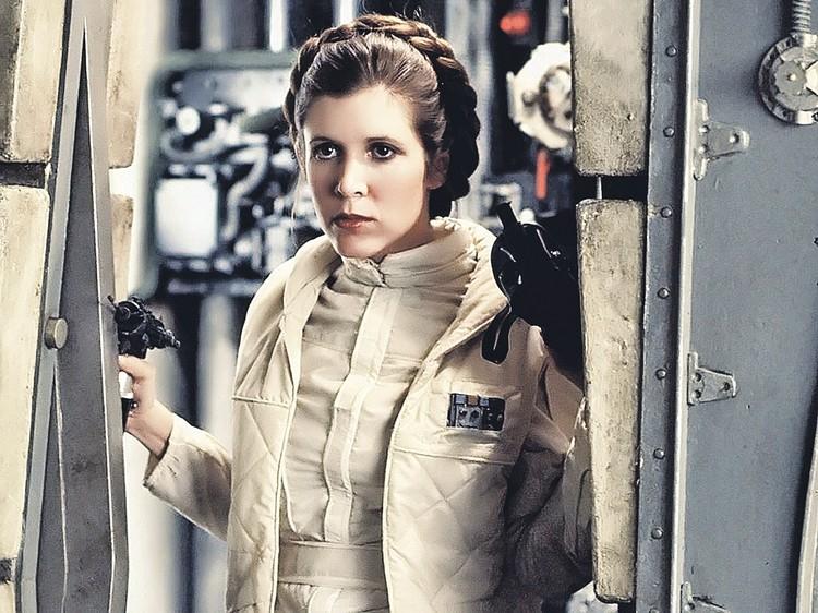 Принцесса Лея - ключевая героиня фильма. Актриса Кэтти Фишер, сыгравшая ее, умерла три года назад. Но компьютерные технологии позволили вернуть принцессу в финальный эпизод. Фото: Кадр из фильма
