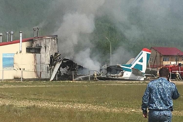 Ан-24 при посадке выкатился за пределы полосы, врезался в здание и загорелся.
