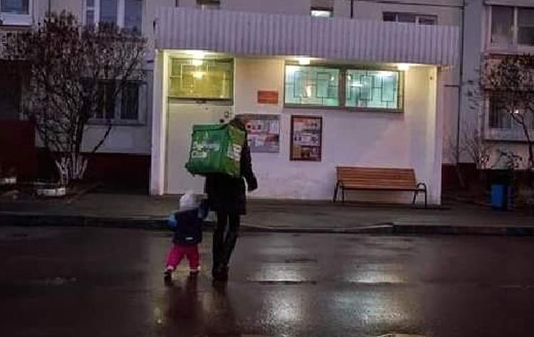 Сейчас Лада вновь вынуждена работать курьером вместе с маленькой дочкой.