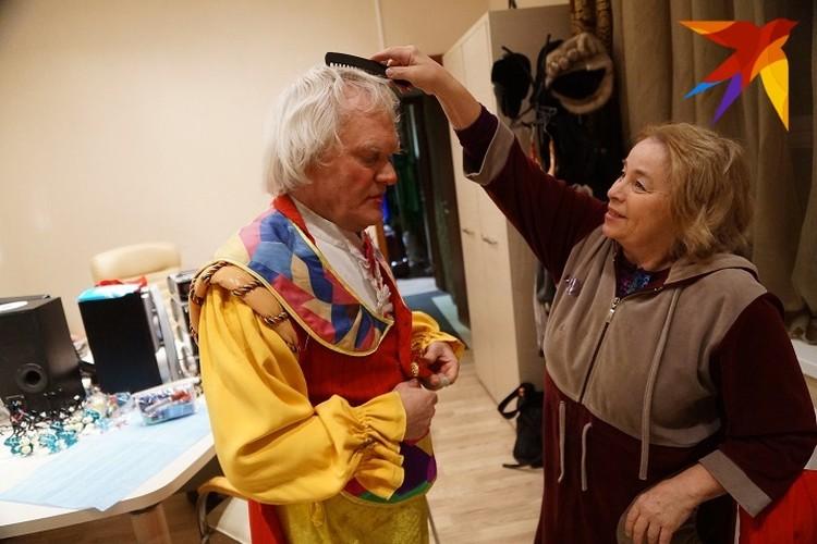 На гастролях Куклачева всегда сопровождает его супруга.