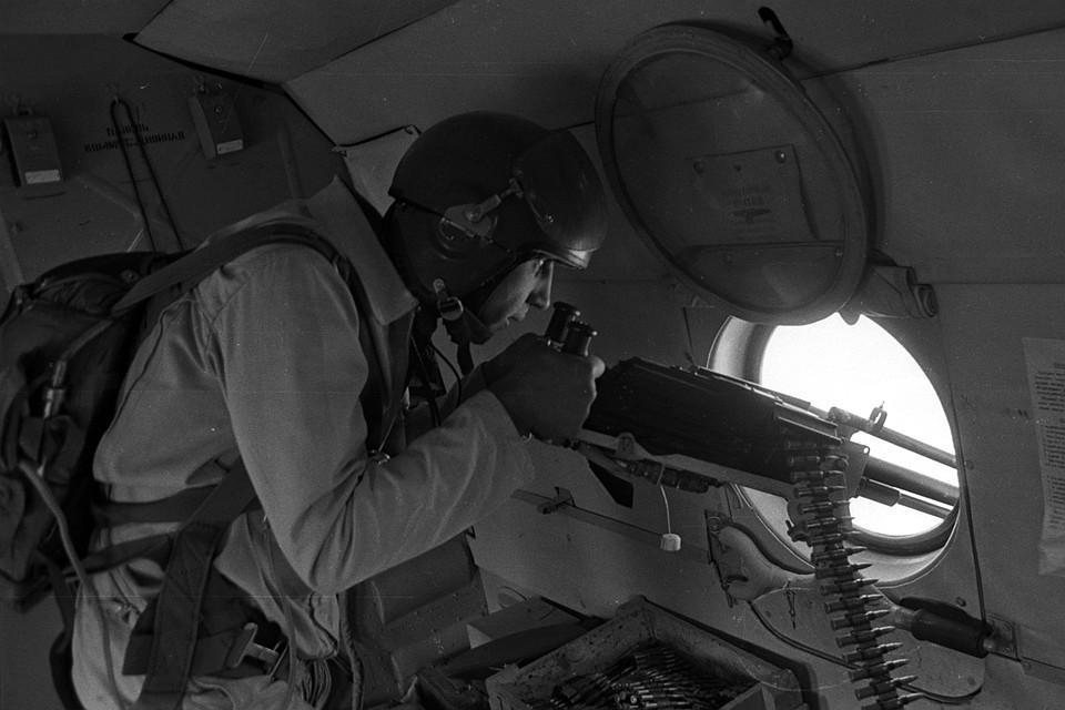 Советский вертолетчик ведет стрельбу по позициям моджахедов в районе перевала Саланг. Фото: Виктор Хабаров/ZERKALO